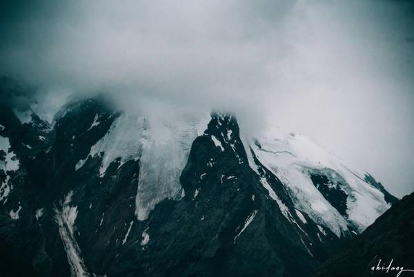 Tôi thấy những đỉnh núi tuyết đang ẩn hiện giữa màn sương khói, tựa hồ như vương quốc của bà chúa tuyết đâu đây.