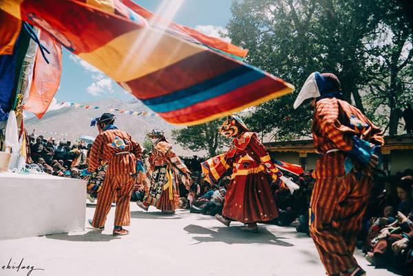 ladakh-tieu-tay-tang-cua-an-do-dung-den-neuZanskar tuy hẻo lánh nhưng là vùng đất giàu sắc màu tinh thần, người Zanskar thường tổ chức các lễ hội trong năm, họ hóa trang, ca hát, nhảy múa... những khúc hùng ca về cuộc chiến giữa cái thiện và cái ác.
