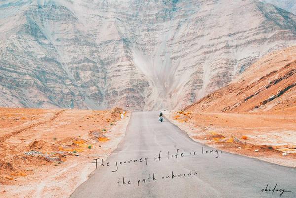 """""""The journey of life is longthe path unknown"""" (Hành trình của cuộc đời là con đường không ai biết trước được.) Câu này trích từ một biển báo trên đoạn đường Ladakh."""
