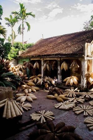Ngôi nhà ngói nhỏ đậm chất Bắc Bộ với những người dân miệt mài làm việc, vừa kiếm thêm thu nhập, vừa bảo tồn và phát huy làng nghề truyền thống.