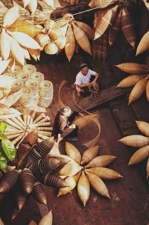 Người dân làng cho biết, làng nghề đan đó ở xã Thủ Sỹ, huyện Tiên Lữ, tỉnh Hưng Yên đã có khoảng 240 năm, vẫn tồn tại và phát triển.