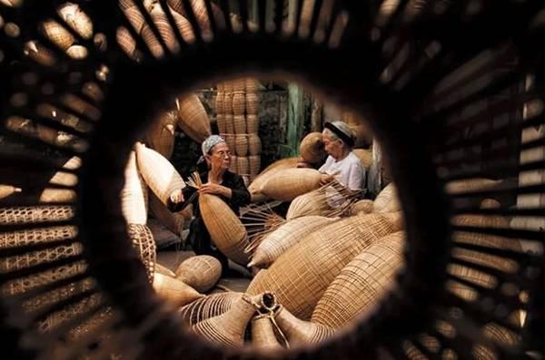 Nghề đan cần sự khéo tay và tỉ mỉ. Thế nhưng ở xã Tiên Lữ, cả người già lẫn trẻ nhỏ đều có thể tạo nên sản phẩm. Các cụ bà ở đây chia sẻ, họ bắt đầu đan đó từ khi 5 tuổi, thậm chí còn đùa rằng biết đan đó từ trong bụng mẹ.