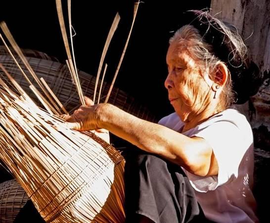 Rời tay cuốc, tay liềm, rời bàn học là trên tay người già đến người trẻ lại bắt tay vào nghề đan lát. Hàng ngày, trong làng, già trẻ nhộn nhịp phơi nan, đan đó, tạo thành bức tranh đặc sắc làng nghề nông thôn. Công việc này góp phần mang đến 50% thu nhập của người dân trong xã.
