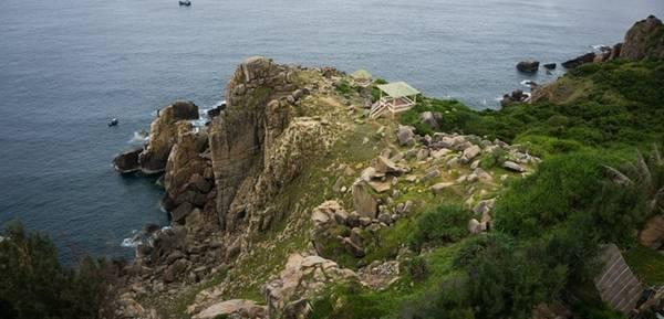 Mỏm đá nhô ra giữa biển, từng được coi là điểm cực Đông của Tổ quốc.
