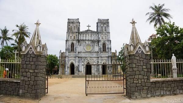 Nhà thờ Mằng Lăng được coi nhà thờ cổ nhất tỉnh Phú Yên và là một trong những nhà thờ lâu đời nhất tại Việt Nam, tọa lạc bên bờ sông Cái, thuộc thôn Hội Phú, xã An Ninh Tây, huyện Tuy An, tỉnh Phú Yên. Nhà thờ Mằng Lăng được xây dựng trong khuôn viên rộng 5.000 m2, theo kiến trúc Gothic với nhiều hoa văn trang trí. Hai bên nhà thờ có hai lầu chuông, chính giữa là thập tự giá. Tất cả sơn màu xanh xám giản dị, hòa đồng với khung cảnh ruộng vườn cây lá.