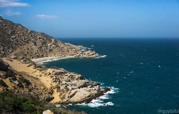 Trên con đường ven biển từ Ngã ba mới Cà Ná đi Phan Rang với những khung cảnh ấn tượng của biển trời sau mỗi khúc cua.