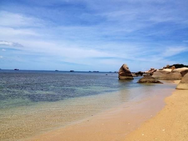 Bãi biển trong xanh, êm đềm, nơi đón những bình minh sớm nhất Việt Nam.
