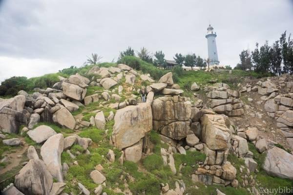 Những khối đá khổng lồ bao quanh chân hải đăng Đại Lãnh.