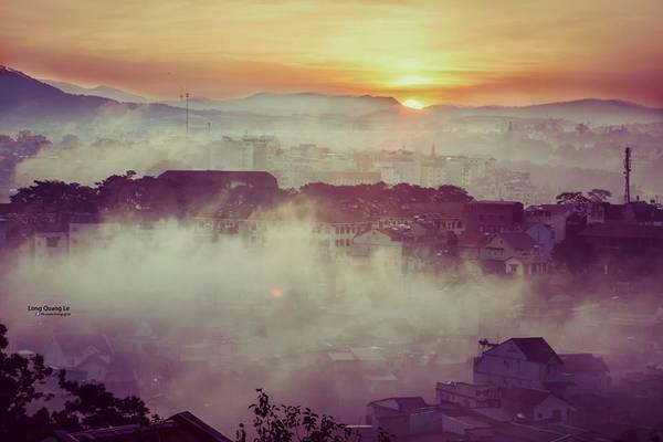 Nếu có dịp tới Đà Lạt, bạn sẽ được tận hưởng tận hưởng sắc trời 4 mùa trong một ngày. Sáng sớm là thời tiết của mùa xuân, buổi trưa là mùa hạ, buổi chiều là mùa thu, đêm là mùa đông. Cả thành phố dịu mát khiến lòng người cũng cảm thấy vui vẻ, dễ chịu và yên bình.