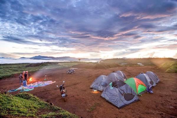 Cắm trại qua đêm, tận hưởng không khí trong lành, hòa mình vào thiên nhiên là những trải nghiệm được giới trẻ lựa chọn ngày càng nhiều khi đến đây.