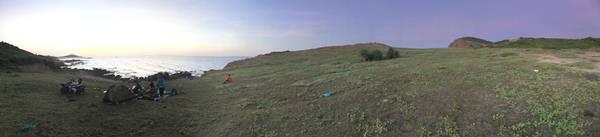 Cắm trại trên ngọn đồi hướng ra biển. Ảnh: Min