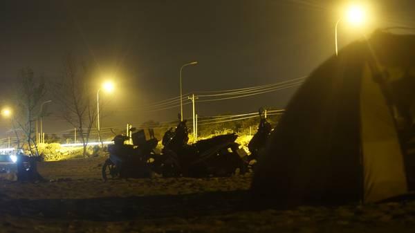 Dựng lều qua đêm ở Hồ Cốc. Ảnh: Hoàng Việt