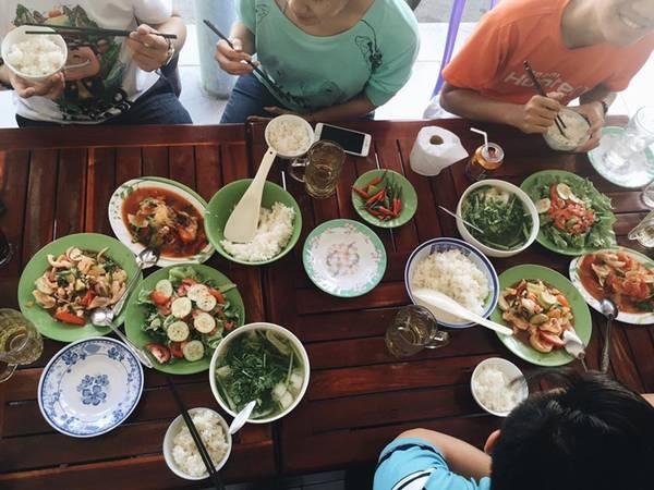 Bữa trưa ở Mũi Né. Ảnh: Oanh Nguyễn