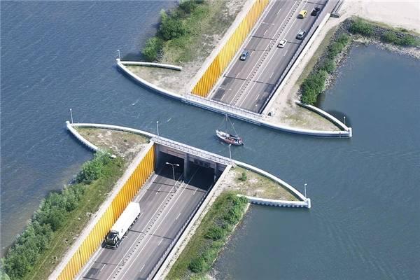 Veluwemeer có độ sâu 3 mét dưới nước, cho phép các thuyền nhỏ và các loại phương tiện dưới nước khác có thể qua lại dễ dàng