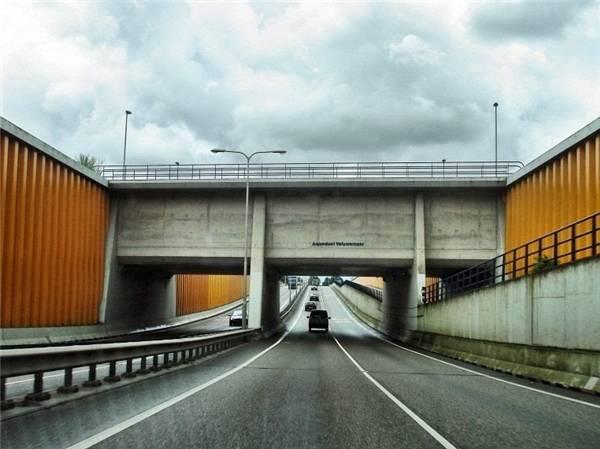 Hiện nay, hơn 28.000 xe ô tô đi lại mỗi ngày dưới cây cầu sâu 10 mét này. Tàu bè thì thoải mái đi lại nhờ phần nước bao phủ bên trên cầu