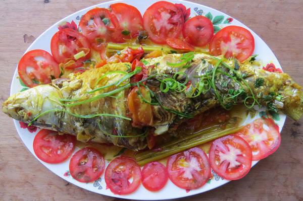 Đĩa cá trôi um với cà chua chín - Ảnh: MINH KỲ