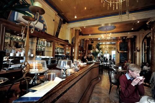 Không gian lịch lãm và sang trọng trong quán cà phê cổ nhất nước Anh