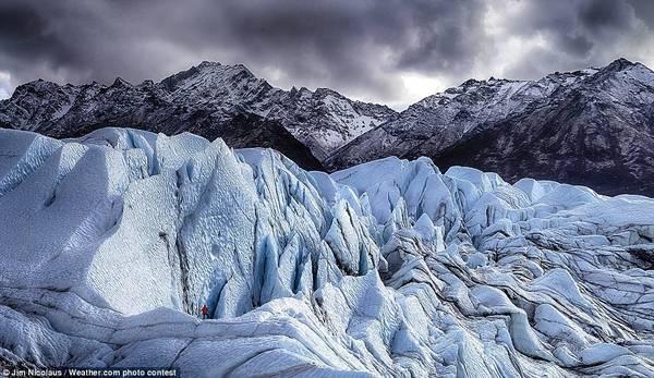 Nhiếp ảnh gia Jim Nicolaus ghi lại hình ảnh một người đơn độc leo sông băng Matanuska ở Alaska, Mỹ.
