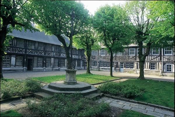 """Aître Saint-Maclou: Tòa nhà Trung cổ này có lịch sử từ thời bệnh dịch hạch hay còn gọi là """"Cái chết đen"""" hoành hành năm 1348, khiến 1/3 dân số Rouen. Sau đó, khu nhà được dùng làm nơi cử hành tang lễ, các tòa nhà xung quanh trở thành nơi chứa hài cốt. Phòng trưng bày ở đây được trang trí bằng các hình đầu lâu, xương người, dụng cụ đào huyệt và các vật dụng dùng trong đám tang. Ảnh: Paris-normandie."""