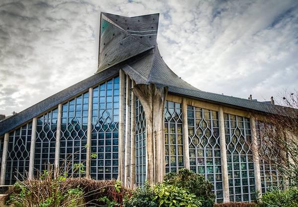 Eglise Jeanne d'Arc: Nhà thờ có kiến trúc khá hiện đại này cho du khách tìm hiểu về Thánh nữ Jeanne d'Arc. Nhà thờ được xây dựng ngay tại nơi Thánh nữ bị hành quyết trên dàn hỏa thiêu. Phần mái nhà thờ mô phỏng ngọn lửa bốc lên. Ảnh: Planetware.