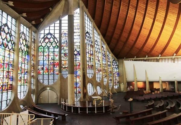 Bên trong, các cửa sổ kính màu lộng lẫy được lấy từ nhà thờ Saint-Vincent đem lại cho không gian vẻ màu nhiệm. Ảnh: Unkmapied.