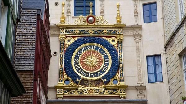 Được Jourdain del Leche chế tác năm 1389, chiếc đồng hồ được chuyển về đây năm 1529. Mặt đồng hồ có hình mặt trời với 24 tia sáng trên nền trời đầy sao. Một khối cầu phía trên tượng trưng cho mặt trăng. Ảnh: Expedia.