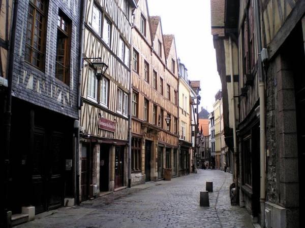 Khu phố cổ: Khu vực này là nơi lý tưởng để du khách khám phá những con ngõ hẹp kiểu trung cổ, những ngôi nhà gỗ và phố rải sỏi. Bạn có thể tìm thấy những quán cà phê, nhà hàng nhỏ xinh đầy phong cách để nghỉ chân sau khi đi bộ. Ảnh: Panoramio.