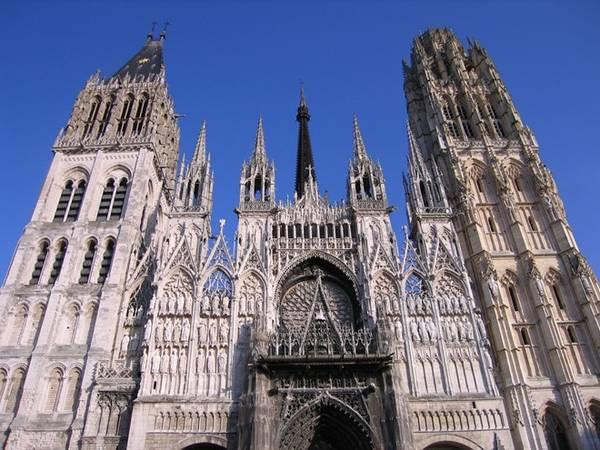 Du khách sẽ thấy choáng ngợp trước mặt tiền phức tạp của nhà thờ. Cửa vào chính của Notre-Dame đã xuất hiện trong nhiều bức tranh nổi tiếng của danh họa Claude Monet. Ảnh: Hihostels.