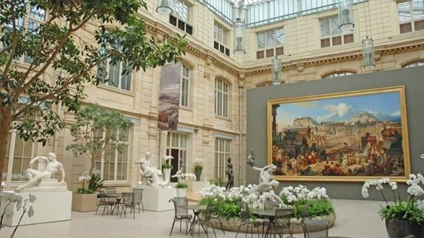 Bảo tàng nằm giữa một quảng trường rợp bóng cây, với bộ sưu tập hội họa và điêu khắc phong phú, trải rộng từ thế kỷ 15 tới thế kỷ 21. Ảnh: Mbarouen.