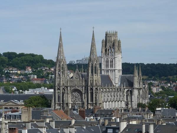 """Nhà thờ Saint-Ouen: Kiệt tác kiến trúc Gothic hậu kỳ. Tòa tháp của nhà thờ có đỉnh nhọn trang trí được gọi là """"Vương miện Normandy"""". Ảnh: Edith/Flickr."""