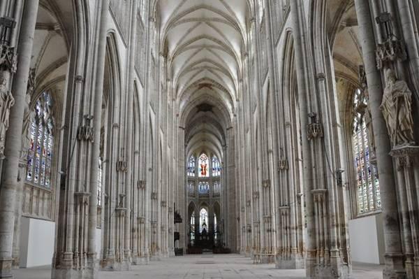 Nhà thờ có không gian bên trong rộng rãi, với 80 cửa sổ kính màu cho ánh sáng lọt vào. Ảnh: Patrimoine-histoire.