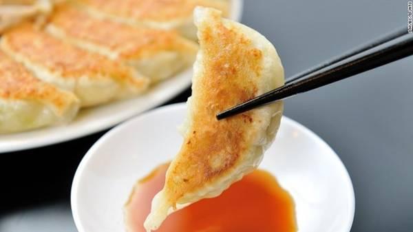 Gyoza: Có hình dạng và cách chế biến tương tự như sủi cảo của Trung Quốc, món gyoza có phần nhân thường được làm từ thịt lợn, bắp cải và hẹ, áp chảo cho vàng một mặt và chấm với xì dầu pha dấm. Ảnh: CNN.