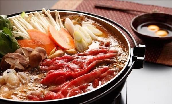 Nabe: Đây là một trong những món ăn phổ biến vào dịp tụ họp đông người ở Nhật Bản, đặc biệt là vào mùa đông. Nabe thường gồm các loại rau củ, nấm và thịt, được cho vào một nồi gốm và đun nóng, sau đó chấm với các loại sốt. Ảnh: Aminoapps.
