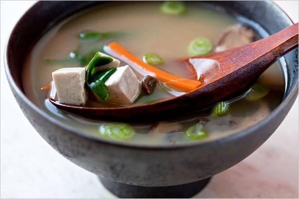 Canh miso: Đây là món ăn không thể thiếu trong bữa cơm của người Nhật. Món canh này được làm từ nước dùng dashi nấu với tương miso và một số nguyên liệu khác như đậu phụ, rong biển, nấm. Ảnh: Nytimes.
