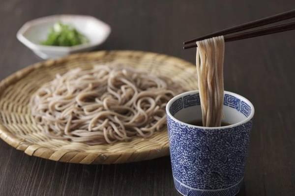Mì soba: Đây là loại mì làm từ kiều mạch, rất phổ biến ở Nhật. Mì soba có thể được ăn nóng hoặc lạnh tùy mùa. Ảnh: Livestrong.