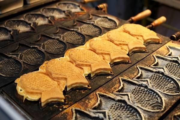 Taiyaki: Bánh cá nướng là món ăn vặt được nhiều người yêu thích, với phần vỏ vàng giòn và phần nhân đậu azuki ngọt ngào. Ngoài ra, bạn còn có thể thưởng thức nhiều loại nhân khác như nhân kem, phô mai, trà xanh… Ảnh: Miner8.