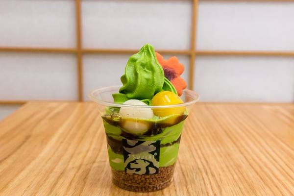 Kem matcha: Vị đắng nhẹ của bột trà xanh matcha được cân bằng nhờ vị ngọt của sốt đậu đỏ. Đây là món tráng miệng lý tưởng trong những ngày hè nóng bức. Ảnh: Torontolife.