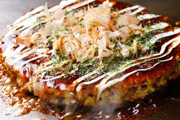 Okonomiyaki: Món bánh xèo hấp dẫn này được làm từ nhiều nguyên liệu như thịt lợn, bạch tuộc, tôm, và thậm chí là phô mai. Ảnh: Studentlife.