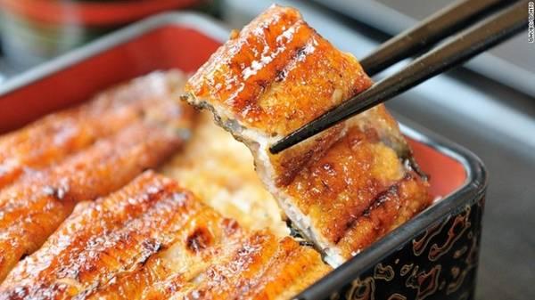 Unagi no kabayaki: Thịt lươn được tẩm sốt kabayaki ngọt sau đó đem nướng, tạo hương vị đậm đà, ám khói. Món này thường được ăn cùng cơm trắng. Ảnh: CNN.