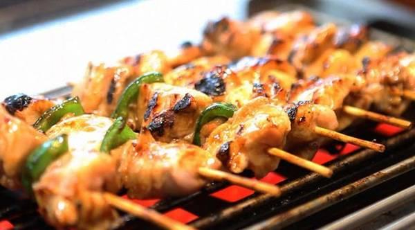 Yakitori: Theo truyền thống, yakitori là thịt gia cầm nướng. Tuy nhiên, nghĩa của từ này đã được mở rộng ra, dùng cho cả các loại rau củ và thịt khác. Phần lớn các nhà hàng phết lên thịt một loại sốt đặc làm từ đậu nành, rượu gạo và rượu mirin, nhưng những người sành ăn thường chỉ thích rắc một chút muối lên thịt. Ảnh: Yakitorione.