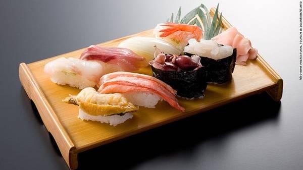 Sushi: Là món ăn trứ danh của Nhật Bản, một miếng sushi ngon dựa trên hai yếu tố chính: độ tươi của nguyên liệu và kỹ thuật của đầu bếp. Đến xứ hoa anh đào, bạn sẽ có cơ hội thưởng thức đủ loại sushi với những mức giá khác nhau. Ảnh: CNN.