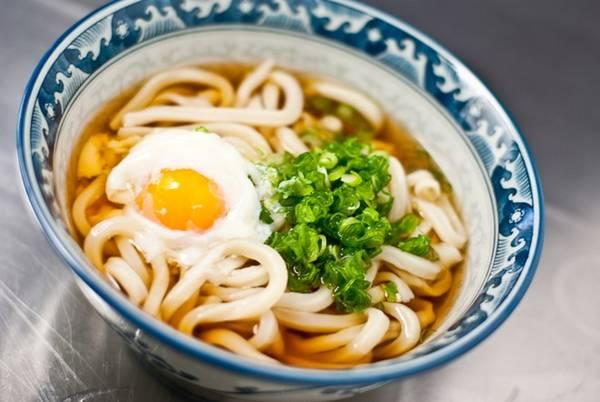 Sanuki udon: Điều khiến món mì sanuki udon đặc biệt là vị dai và mềm mượt. Sợi mì trơn, dễ húp, vừa có độ chắc như mì Ý, vừa có sự mềm dẻo như bánh mochi. Mì được chan nước dùng dashi ngọt ngào, vừa miệng. Ảnh: Norecipes.
