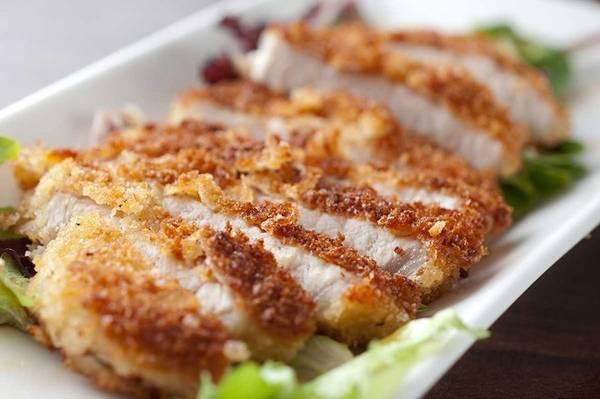 Tonkatsu: Thịt lợn được thái miếng to bản, tẩm bột sau đó chiên trong chảo ngập dầu cho tới khi có màu vàng nâu. Thịt có phần trong mềm, phần ngoài giòn tan, được rưới một loại sốt cay ngọt hấp dẫn, rất hợp ăn kèm cơm trắng. Ảnh: Ichibasushi.
