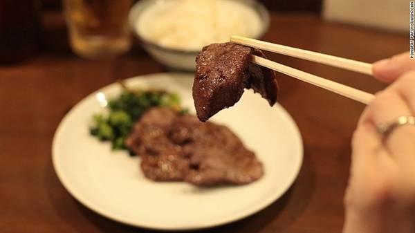 Lưỡi bò: Sendai được coi là quê hương và nơi thưởng thức món lưỡi bò tuyệt nhất ở Nhật. Lưỡi bò có vị ngậy, mềm dai và ít béo hơn so với thịt bò thường. Ảnh: CNN.