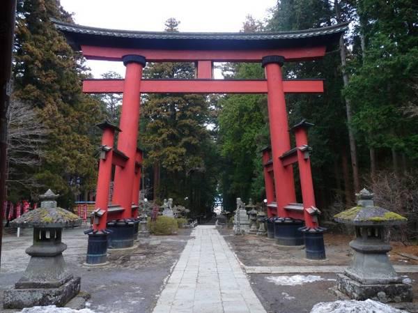 Cổng đền uy nghi, lối vào đền Sengen Jinja - Ảnh: guillaumeerard.fr