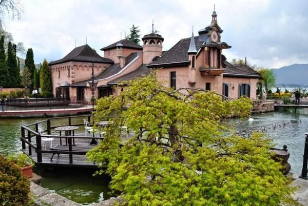 Rừng âm nhạc Ukai gồm những tòa nhà phong cách châu Âu bên bờ hồ Kawaguchi với nhà hàng, quầy lưu niệm, xưởng chế tác vật phẩm âm nhạc thủ công... - Ảnh: blogspot