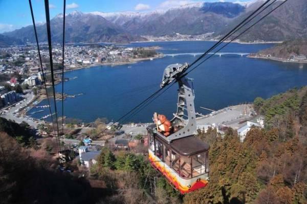 Hồ Kawaguchi và một phần thành phố lân cận nhìn từ cáp treo Kachikachi - Ảnh: fascinant-japon