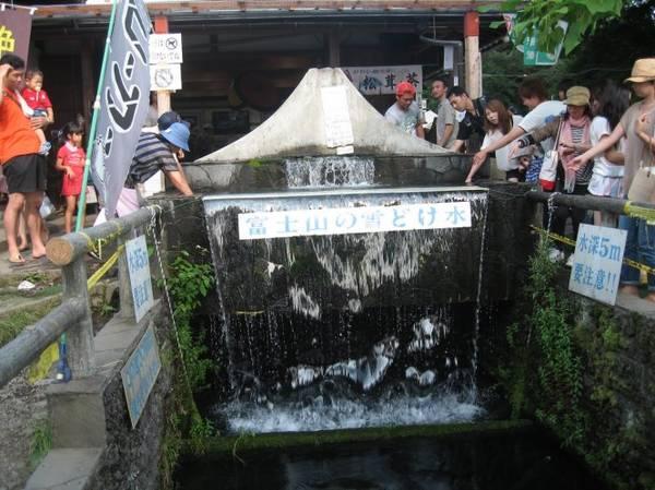 Du khách trải nghiệm tục lệ nhúng tay vào nước ở Oshino Hakkai - Ảnh: blogspot
