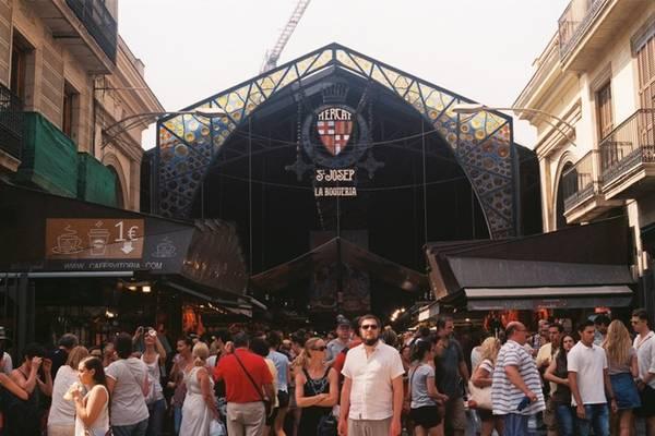 La Boqueria, một trong những điểm du lịch nổi tiếng nhất Barcelona và cũng trong số các chợ nổi tiếng nhất châu Âu. Nằm trên đại lộ La Rambla, khu chợ trong nhà rộng lớn này bày bán mọi thứ từ rau quả tươi đến hải sản và các loại gia vị chế biến. Ảnh: Hương Chi