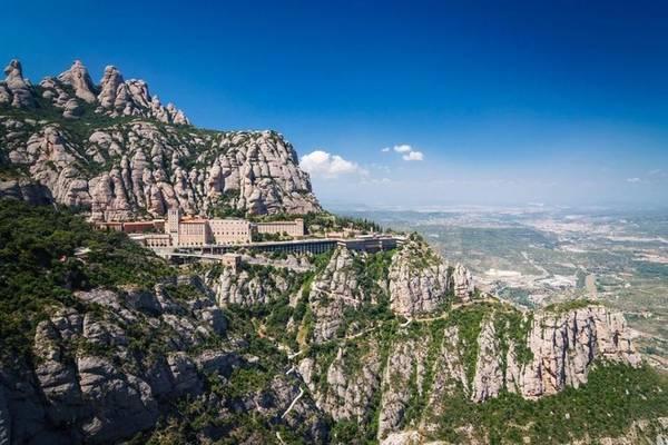 Ngoài những địa điểm nằm ở trong thành phố Barcelona, du khách có thể dành một ngày để du ngoạn núi Montserrat, trải nghiệm đi tàu, khám phá tu viện xây trong vách đá - một điểm đến linh thiêng của người dân xứ Catalan. Tour đi trong ngày ở Montserrat có giá khoảng 45-50 euro/người. Ảnh: Grayline.